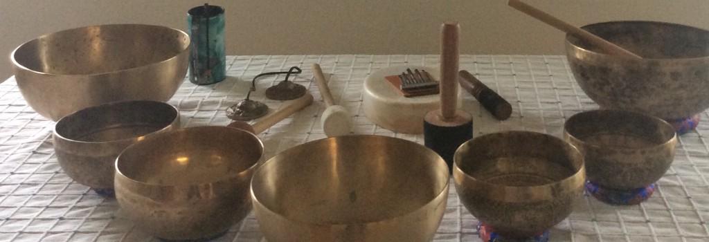 Klangmeditationer kan guides med stemmen eller blot spilles ved hjælp af klangudstyret. Klangmeditationer foregår i grupper for 2-30 personer. Men oftest for 3-6 personer.