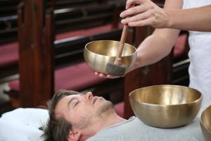 Klangmassage behandlinger får en stresset krop til at slappe af.