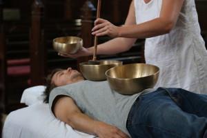 klangmassage med tre skåle