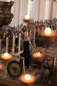 Annes meditative klangkoncert - fuld kirke