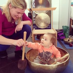 Klangmassage er for børn i alle aldre - ideelt er det i kæmpeklangskålen for de mindre børn.