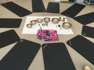 Klangmeditation er klangmassage uden massage. Her er det lyden der er i fokus, mere end vibrationerne.