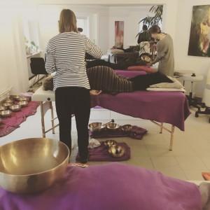 Klangmassage kursus for 6 voksne deltagere. Tilbydes i Odense, København, Silkeborg og Ålborg. Skriv til Annes@klang-oplevelser.dk