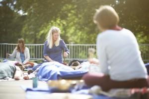 Klangbad under åben himmel - ideelt for stressede personer, der har svært ved at slappe af og finde ro i krop og sind.