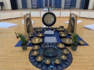 Find ro og nærvær med gong og klangskåle