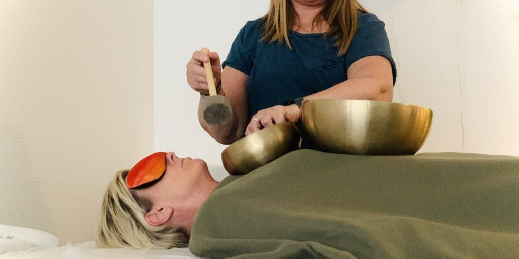 Klangskåle på kroppen hedder Klangmassage