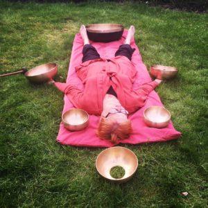 Find ro og afslapning med klangskåle Klangmassage